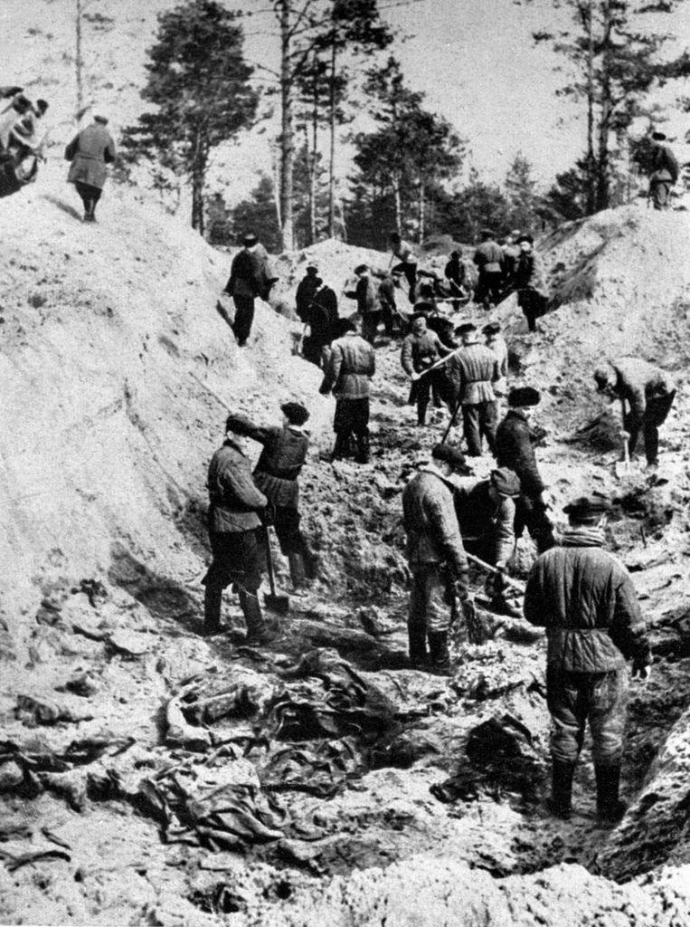 Mannen graven de lichamen van Polen uit bij de massagraven in het bos van Katyn bij Smolensk. Archieffoto 1 april 1943 Beeld afp