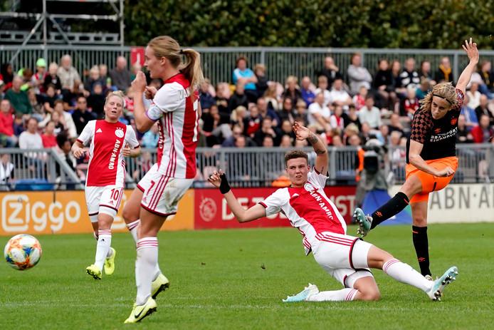 Katja Snoeijs lost een schot tijdens het uitduel met Ajax eerder dit seizoen.