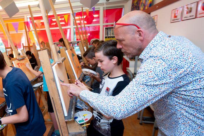 Kunstschilder Nard Kwast brengt de schoolverlaters van De Ploeg de fijne kneepjes van het vak bij. Hier geeft hij instructies aan Sem, die een toekomst op De Heemgaard wacht.