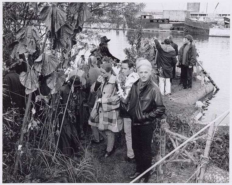 Zeeburgerkade 830. Gasten op het eilandenpark en werkterrein van ex-provo Robert Jasper Grootveld, 24 oktober 1997. Foto Freerk de Vos Beeld