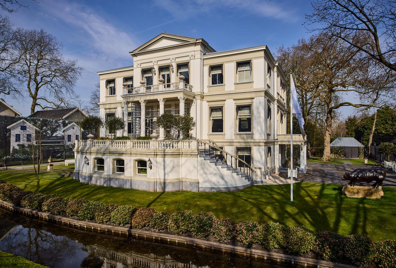 Villa Welgelegen met rechts het beeld Charging Bull