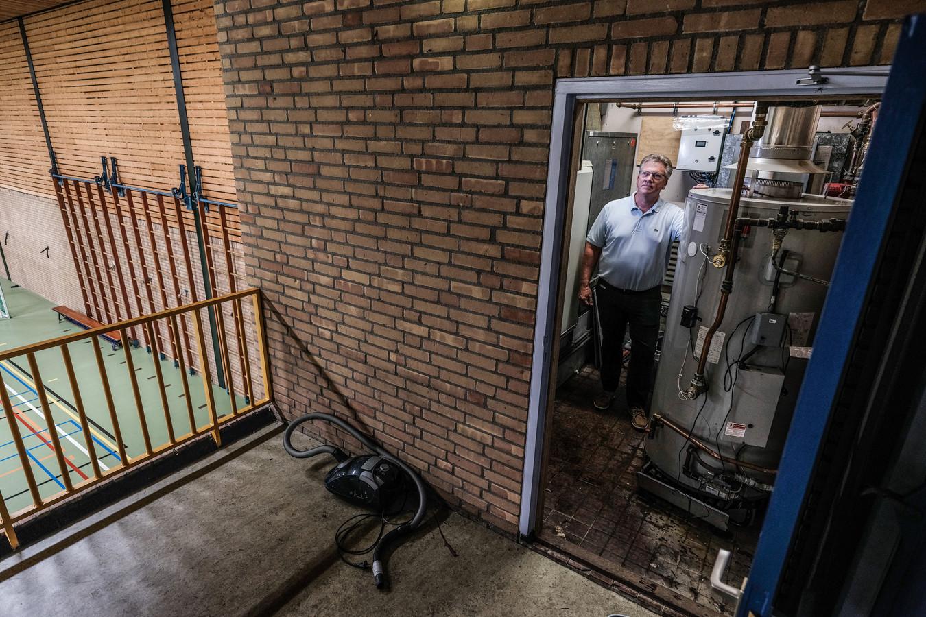Coen van Beek ( voorzitter) in de technische ruimte van de Hessenhal, waar de schade het grootst was. Foto: Jan Ruland van den Brink