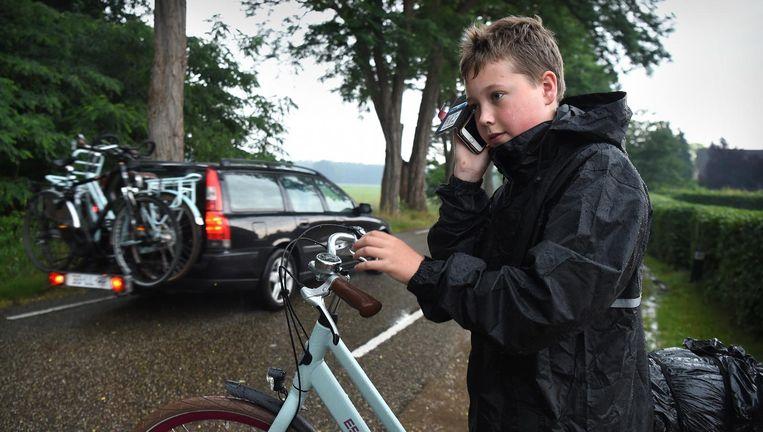 Als fietsapp-tester Stijn Buitink wordt gebeld, moet hij afstappen om op te kunnen nemen. Opnemen op de fiets kan alleen met een koptelefoon op. Beeld Marcel van den Bergh