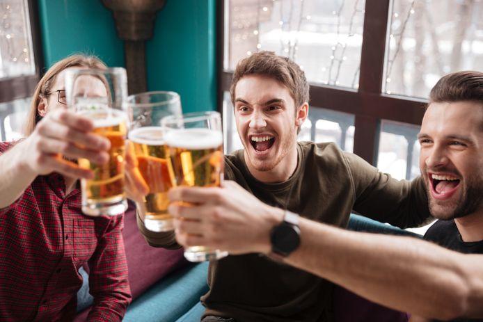 Jongeren aan het bier.