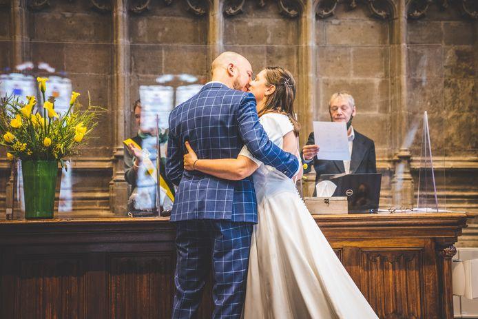 Na twee keer uitstellen zijn Thomas en Lien nu voor de wet getrouwd, het feest plannen ze in 2023.