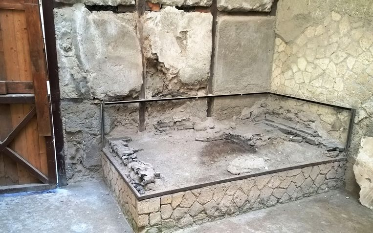 Het bed waarop het skelet van de 25-jarige man gevonden werd. Beeld AFP