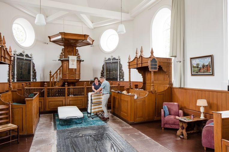 De kerk van de protestantse gemeente in het Friese Schettens werd een bed and breakfast. Beeld Lars van den Brink