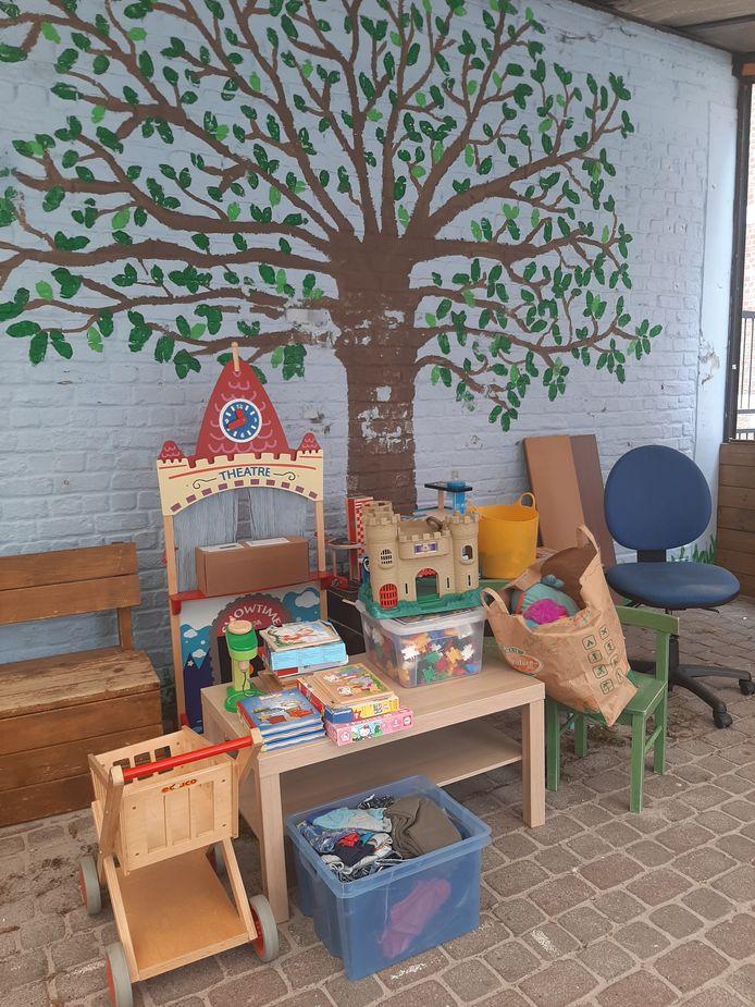 Een deel van het ingezamelde speelgoed in de gemeenteschool van Overijse.
