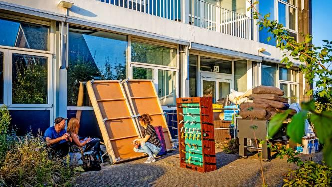 Krakers nemen bezit van gemeentehuis Heerjansdam... Maar niet voor lang