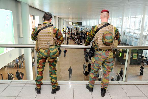 Militairen bewaken de luchthaven van Zaventem.