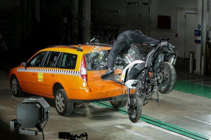 Bosch heeft achttien crashtests uitgevoerd om ongevalsscenario's te analyseren, zodat de functionaliteit van Help Connect geperfectioneerd kon worden.