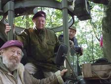 Het echte soldatengevoel in het bos aan vooravond luchtlandingen