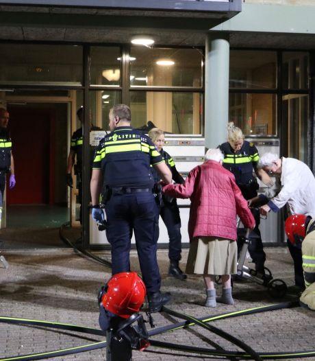 Brand in schuurtje met scootmobielen leidt tot grote ontruiming in Lelystad: 30 personen uit bed gehaald