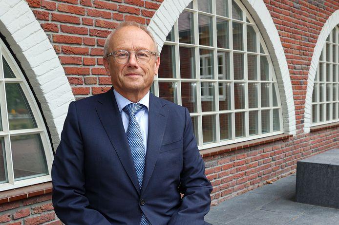 Jan Boelhouwer vervangt de tijdelijk teruggetreden Jan Brenninkmeijer als burgemeester van Waalre en onderzoekt de bestuurscrisis.