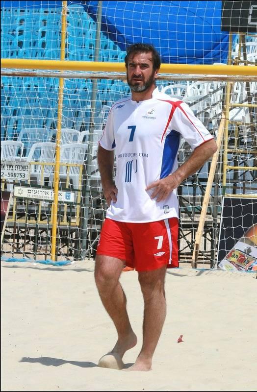 Cantona tijdens een partijtje strandvoetbal.