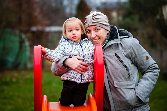 Mama Nele De Waele, hier met dochtertje Mila. Nele overleed op 14 juli aan botkanker.
