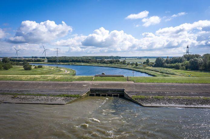 De spuisluis bij Bath loost zoet water uit het Volkerak-Zoommeer op de Westerschelde.