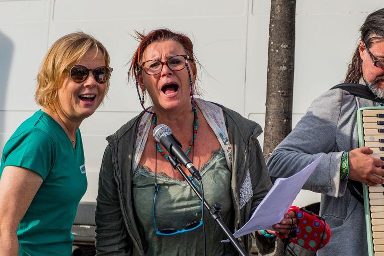 Loes Van den Heuvel zong als lijstduwer uit volle borst mee.