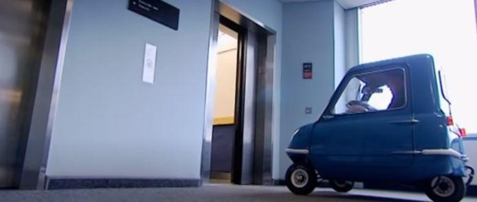 Jeremy Clarkson, toen nog bij Top Gear, reed met de Peel door de BBC-studio's. (1/2)
