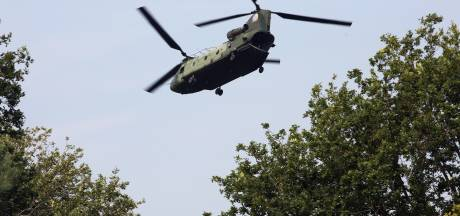 Wijk heeft last van laagvliegende heli's Defensie:  'Kan de vliegers uit mijn zolderraam een beker koffie aanbieden'