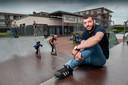 Stan van Kampen, jongerenwerker in Schijndel. Op de achtergrond jongerencentrum Bizzi.