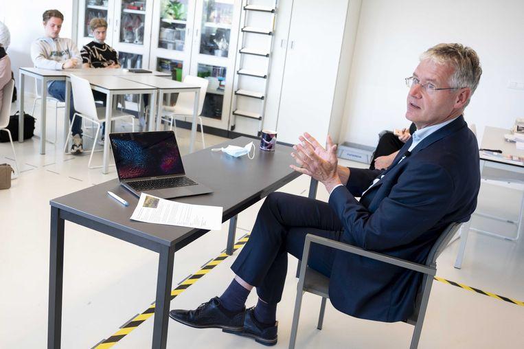 Arie Slob, demissionair minister voor Basis- en Voortgezet Onderwijs en Media, praat met leerlingen van het IJburg College. Beeld ANP