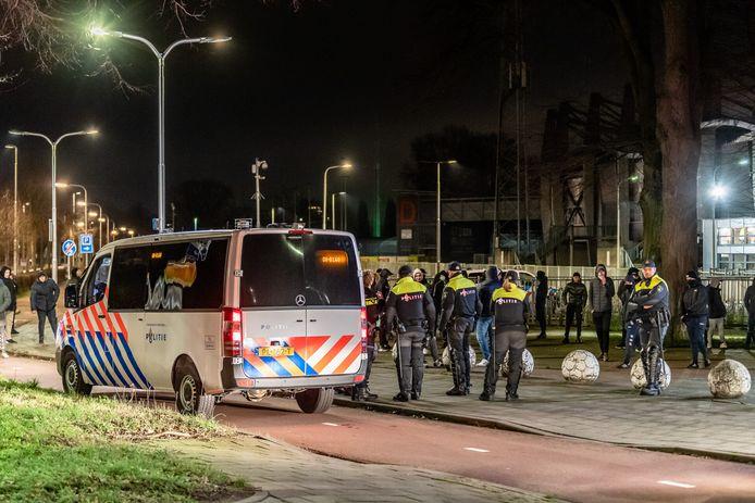 Harde kern Willem II supporters bewaken Willem II stadion na dreiging rellen.
