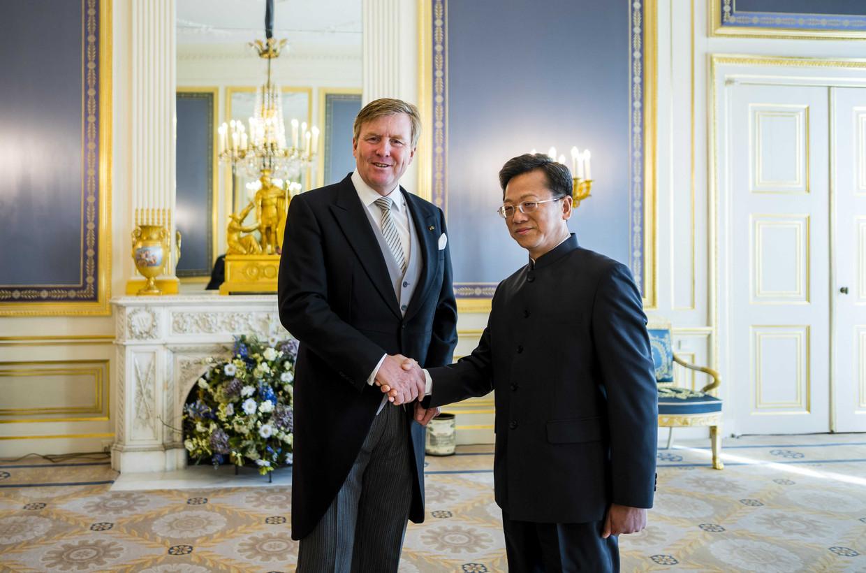 Mei 2019, koning Willem-Alexander ontvangt, ter overhandiging van zijn geloofsbrieven, de ambassadeur van de Volksrepubliek China, Xu Hong, op Paleis Noordeinde in Den Haag. Beeld ANP