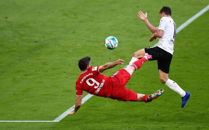 Robert Lewandowski zet Bayern op fraaie wijze op 3-0 tegen Borussia Mönchengladbach.
