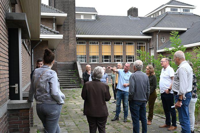 Bezoekers krijgen zaterdagmiddag uitleg over de historie van het kazerneterrein in Grave.