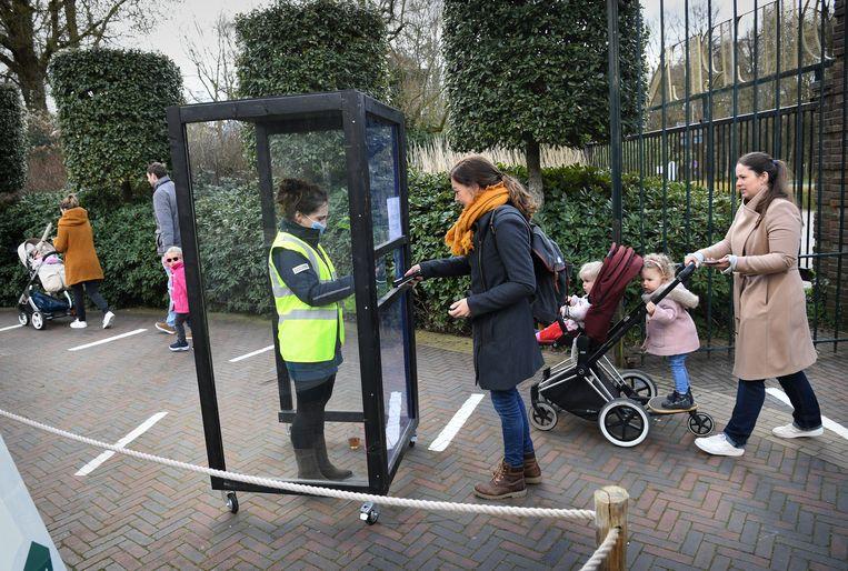 Ouwehands Dierenpark doet mee aan Testen voor Toegang. Bezoekers met een negatieve coronatestuitslag mogen het park in.  Beeld Marcel van den Bergh / de Volkskrant