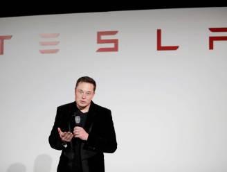 """Elon Musk wil daken die volledig bestaan uit zonnepanelen: """"Het is geen ding op het dak. Het ís het dak"""""""