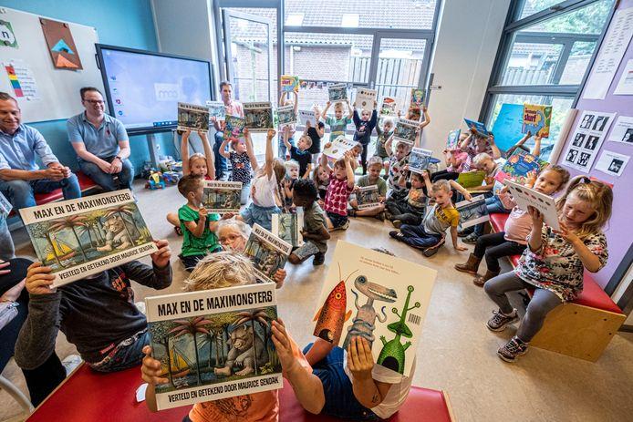 De basisschool Op Den Heuvel aan de Stekkenberg in Groesbeek heeft boeken gekregen van Niels Janssen van de Bruna zodat de kinderen in de vakantie ook thuis kunnen lezen.