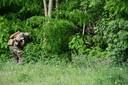 Het waren militairen die woensdag de dichtbegroeide bossen in Dilsen-Stokkem uitkamden. Op ongeveer een kilometer van de vindplaats van de auto stootten ze op 'iets': tegen een boom, gecamoufleerd onder de takken van een een struik, lag een zwarte rugzak.