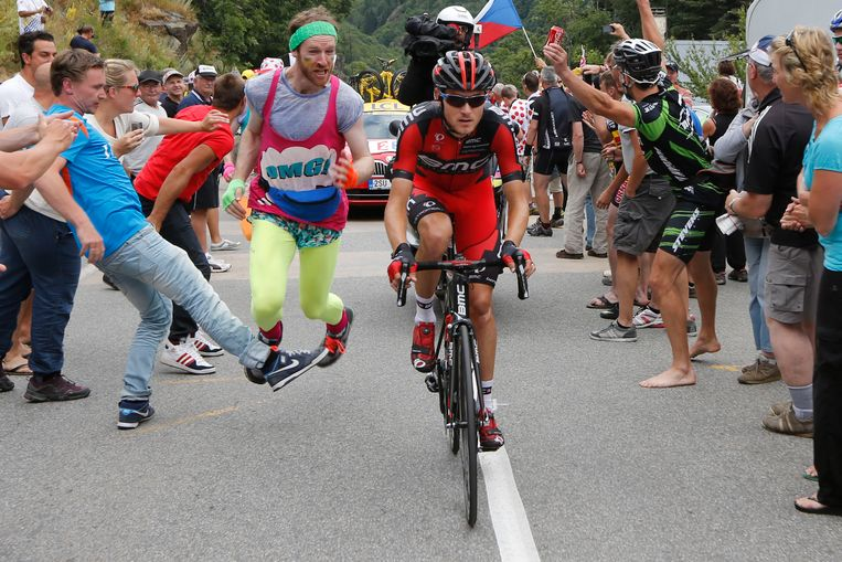 A spectator, left, makes another spectator trip and fall as he runs alongside second place Tejay van Garderen of the U.S., as he climbs Alpe-d'Huez pass during the eighteenth stage of the Tour de France cycling race over 172.5 kilometers (107.8 miles) with start in Gap and finish in Alpe-d'Huez, France, Thursday July 18, 2013. (AP Photo/Pascal Guyot, Pool) Beeld AP