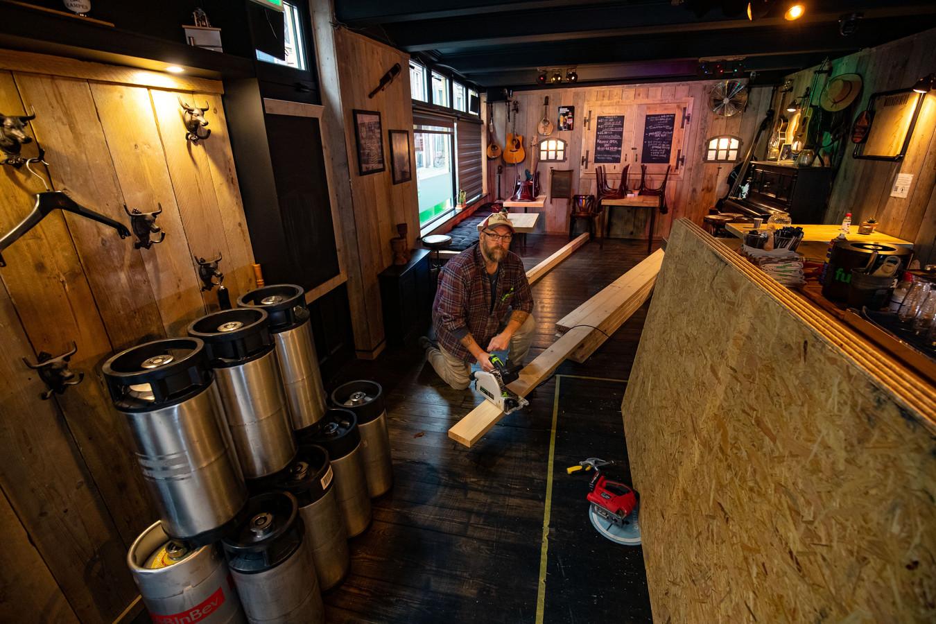 Wim van der Starre opende vorig jaar cafe The Moonshiners' aan de Voorstraat in Kampen.