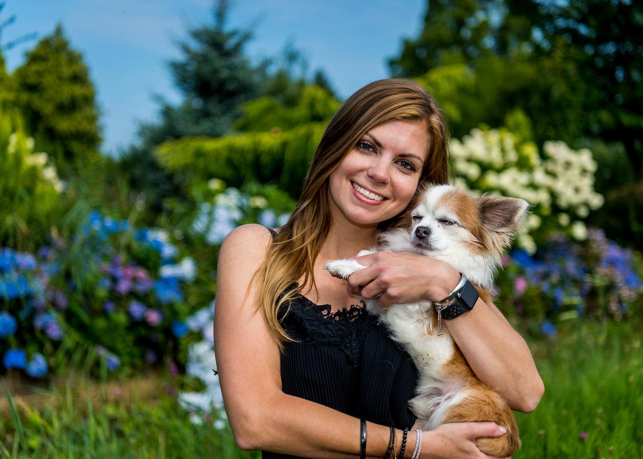 De Rotterdamse Rosanne Riemens, hier met haar chihuahua Taco, stapt volgende maand over van de kinder- naar de hondenopvang. 'Dit geeft me energie.'