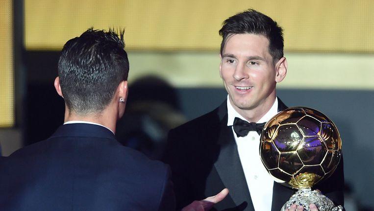 Lionel Messi werd vrijwel meteen gefeliciteerd door die andere topfavoriet Cristiano Ronaldo. Beeld EPA