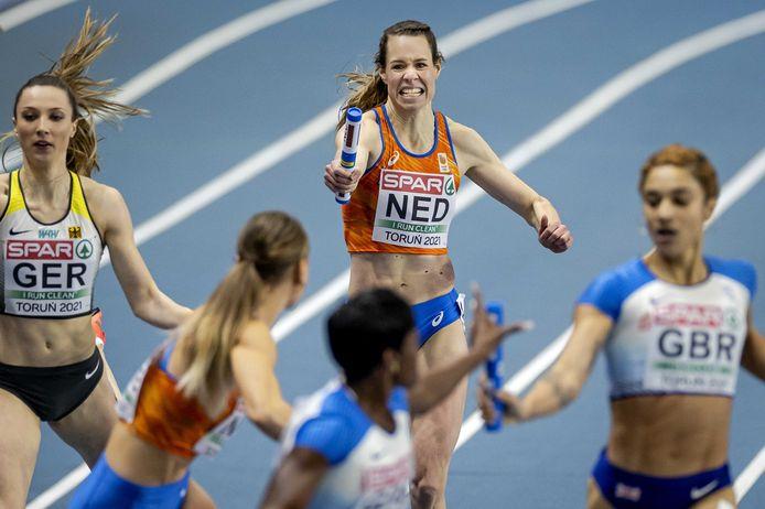 Marit Dopheide geeft het stokje over aan Laura de Witte tijdens het EK indoor in Polen. Oranje veroverde er de titel op de 4x400 meter.