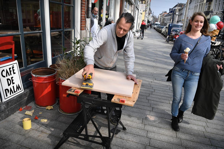 Deze horeca-ondernemer in Den Bosch was al begonnen om extra terrastafels te maken, maar helaas: nog geen open terrassen. Beeld Marcel van den Bergh / de Volkskrant