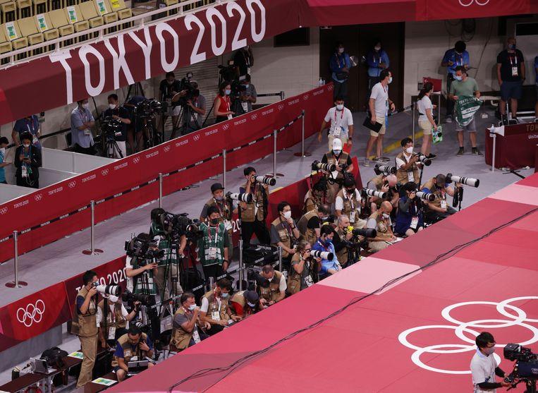 De fotografen zijn op post in de Nippon Budokan. Beeld REUTERS
