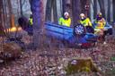 De auto die door de hulpdiensten werd aangetroffen, met het complete motorblok en de uitlaat ernaast.