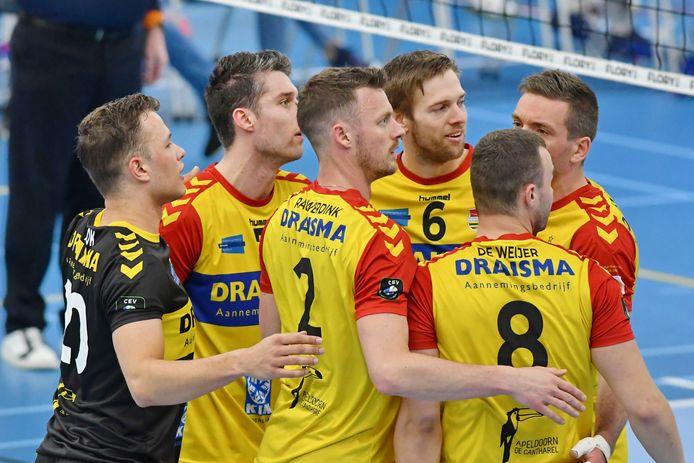 Het is nog even afwachten wanneer de volleyballers van Draisma Dynamo het veld in mogen om te strijden om de landstitel tegen Lycurgus. De eerste wedstrijd, komende zondag, is uitgesteld door de coronabesmettingen bij de Apeldoornse club.
