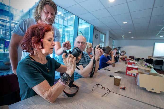 Peter van Beek legt Anneke Schep de mogelijkheden van de camera uit.