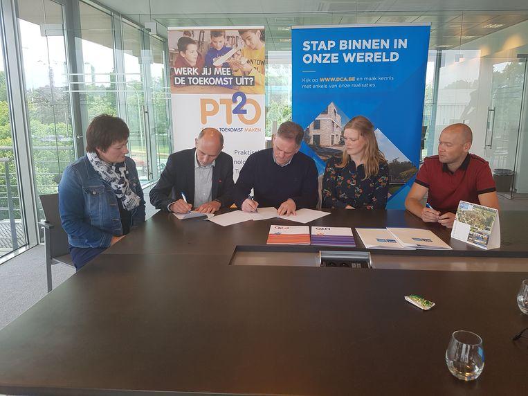Leerkracht Karin Van Den Brande, directeurs Jan Roels en Frank Biesemans, Annelies Verhoeven en Michiel Schellekens tekenen de samenwerkingsovereenkomst.