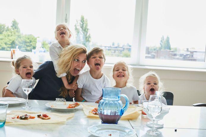 Manon Proper en haar vijf kinderen: een tweeling en een drieling.