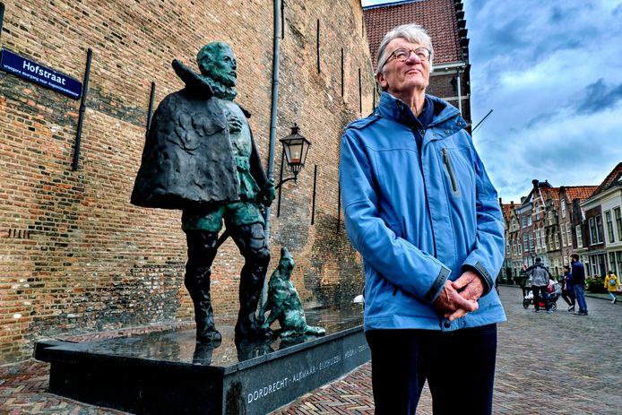 Hans Berrevoets bij het veelbesproken beeld bij het Hof in Dordrecht.