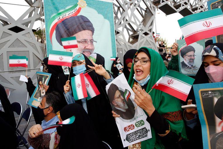 Straatfeest op zaterdag in Teheran ter ere van de verkiezingsoverwinning van Ebrahim Raisi. Beeld EPA