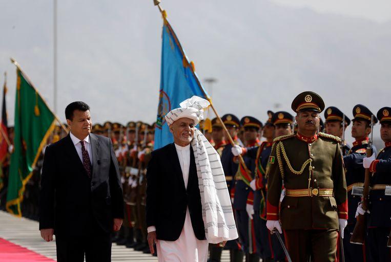 Afghaans president Ashraf Ghani (midden) inspecteert de elitetroepen. Beeld AP