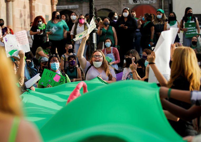 Vrouwen vieren de uitspraak van het Mexicaanse hooggerechtshof om abortus niet langer strafbaar te stellen. Beeld REUTERS